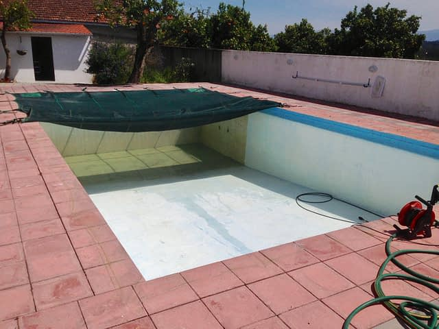 cleaning swimming pool 2
