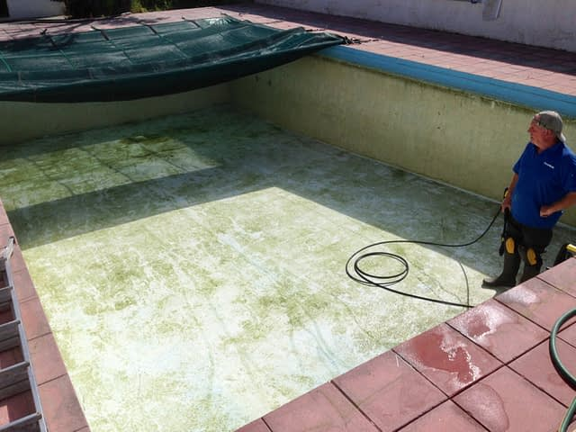 cleaning swimming pool 1